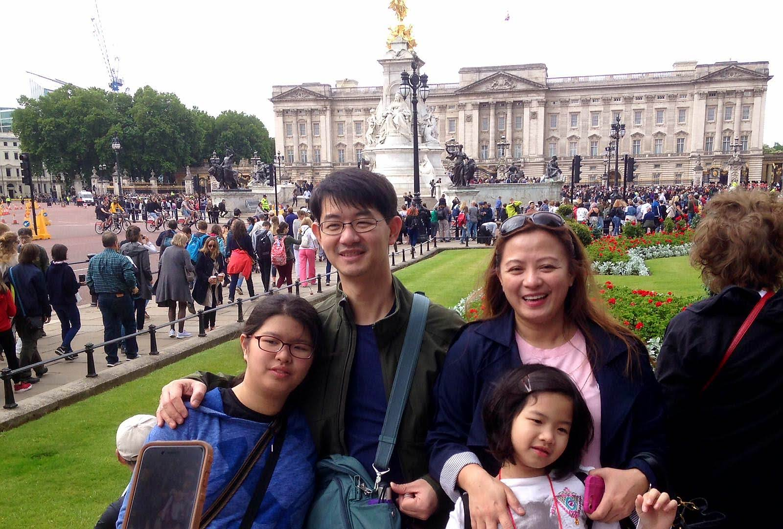 Family stop at Buckingham palace on london sightseeing taxi tour