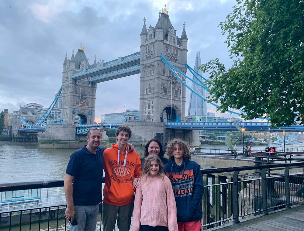 london sightseeing taxi tour stop at Tower Bridge for family photo