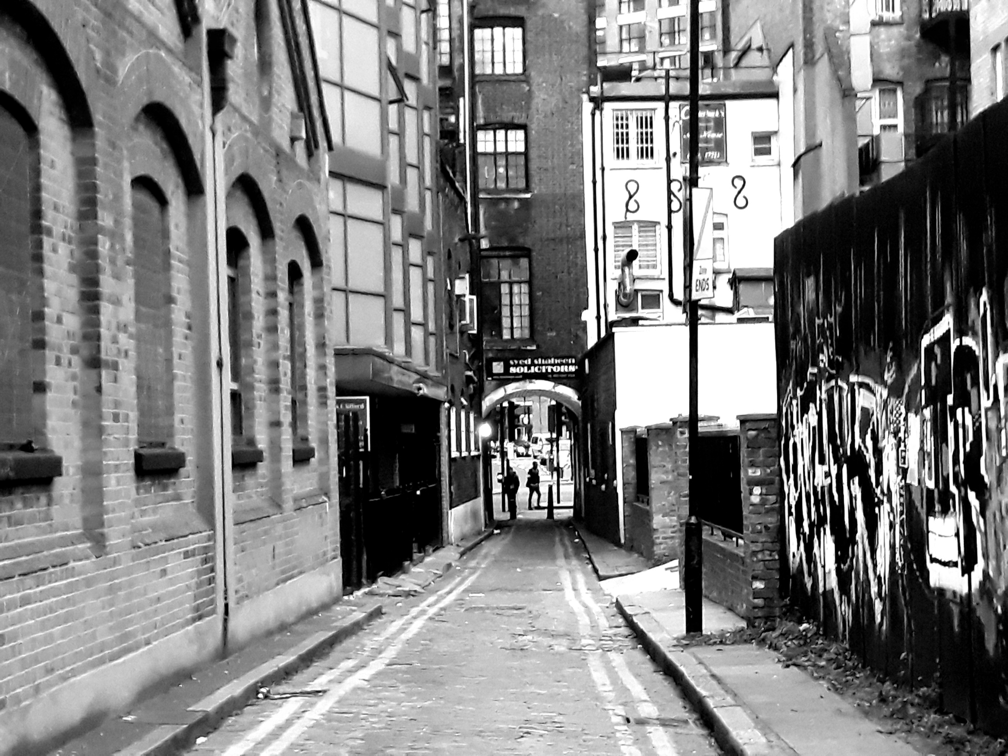 Black and White picture of back street in Whitechapel