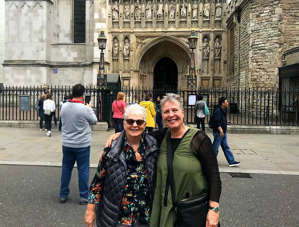 Taxi llayover tour guests stop at Westminster Abbey