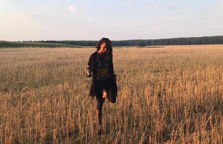 Emily in a field in Bölzke in Northern Brandenburg