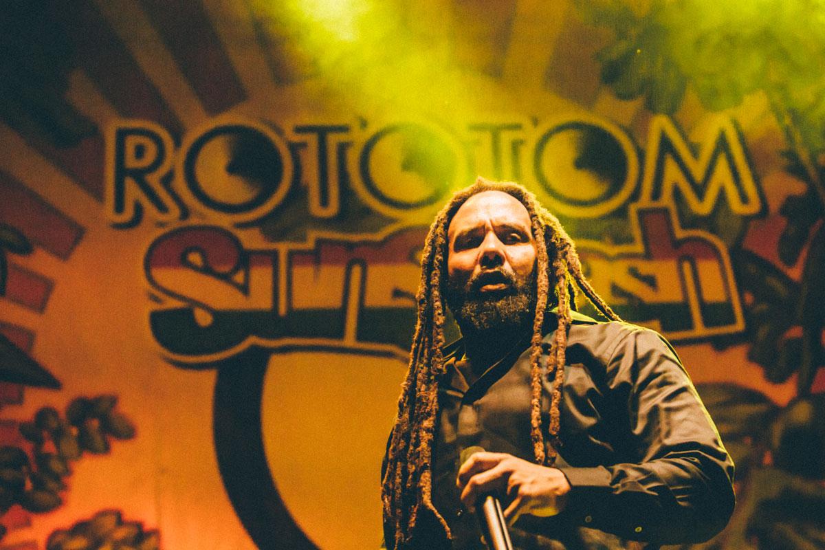 Retrato del artista K-Mani Marley, hijo de Bob Marley, cantando sobre el escenario