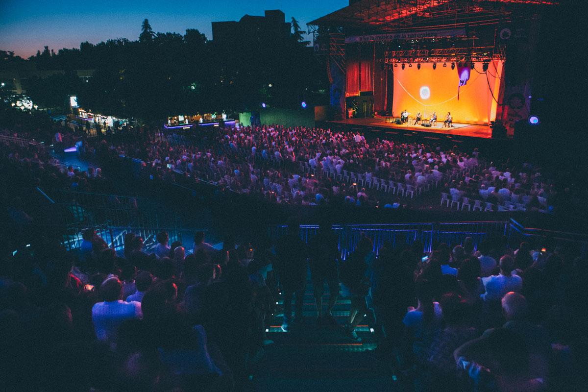Un público sentado disfruta de la actuación del músico Caetano Veloso en una noche de verano