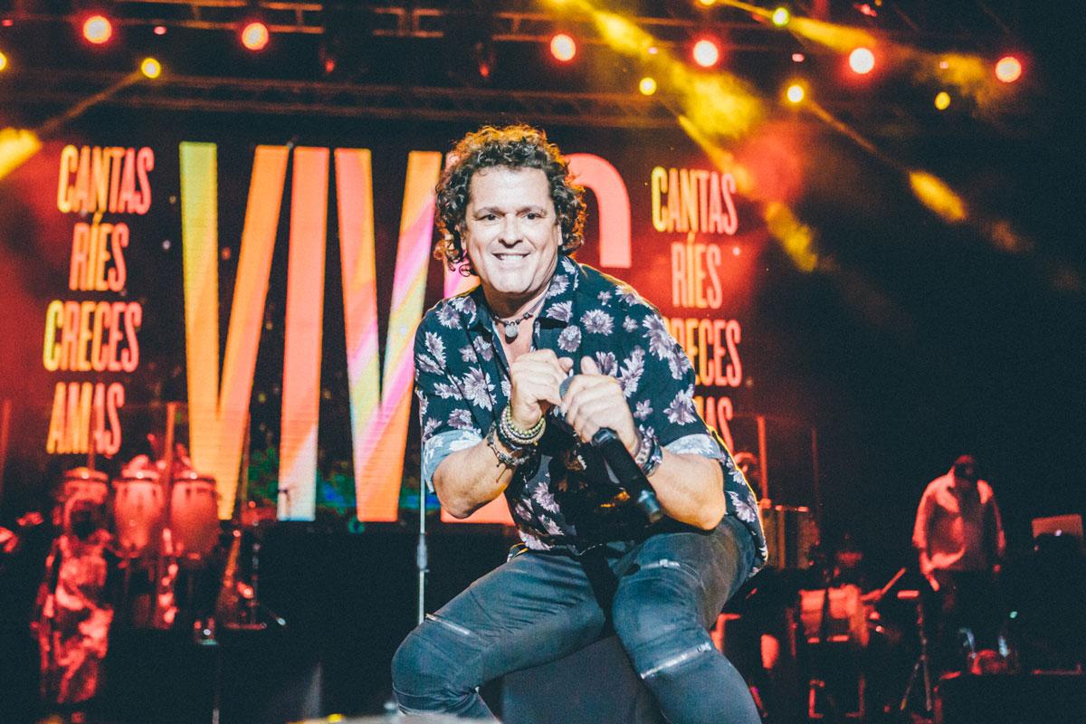 El artista Carlos Vives bailando y cantando sobre el escenario