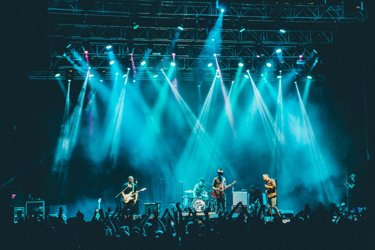 El guitarrista Gary Clark Jr. junto a su banda sobre el escenario de Noches del Botánico mientras el público disfruta de la actuación