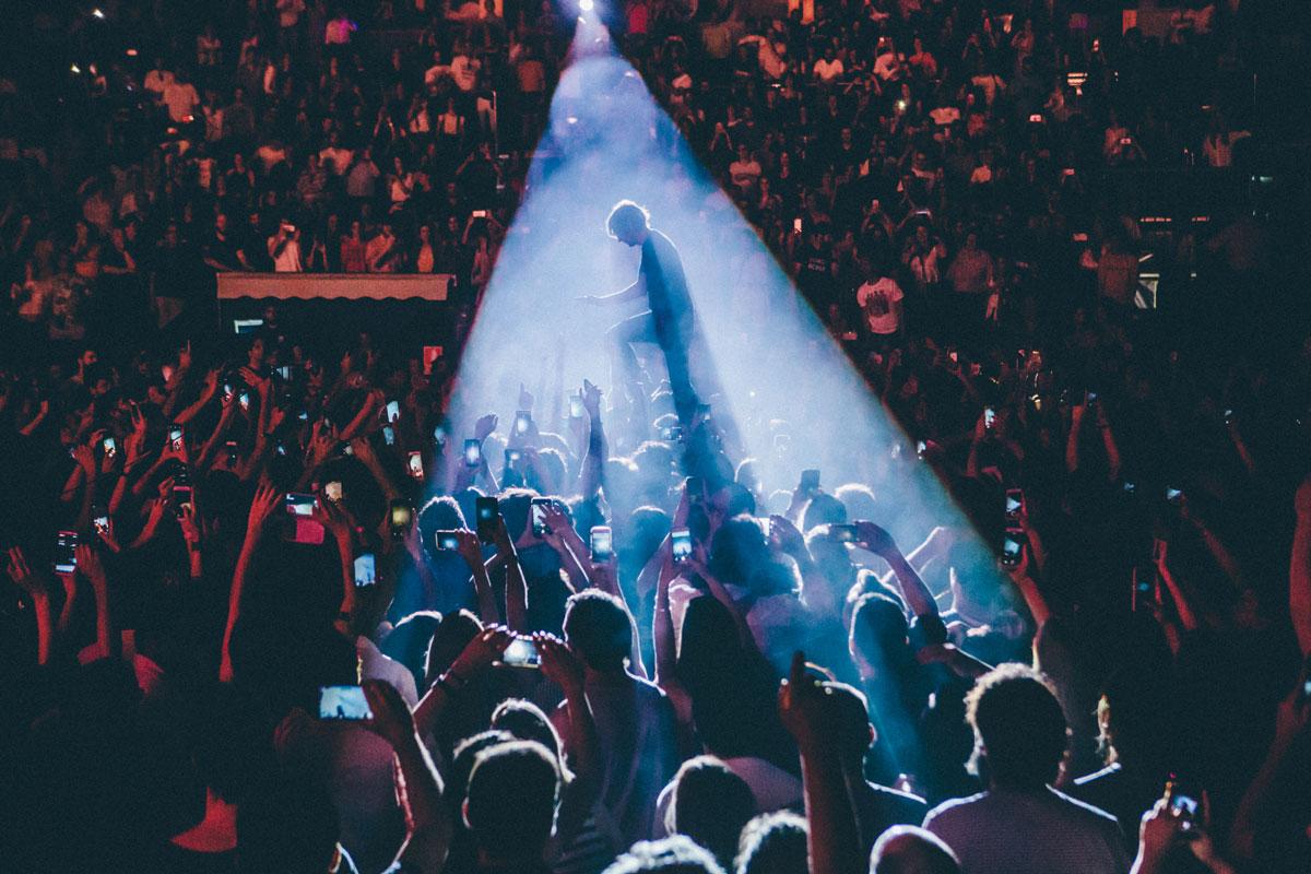 El artista Thomas Mars, líder del grupo Phoenix, siendo alzado por el público de Noches del Botánico durante una actuación