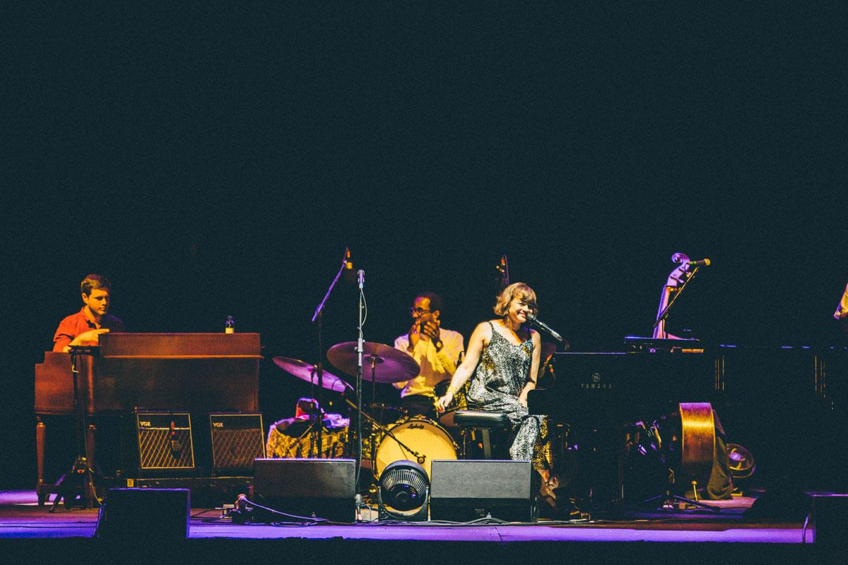 La artista Norah Jones sobre el escenario de Noches del Botánico junto a su banda