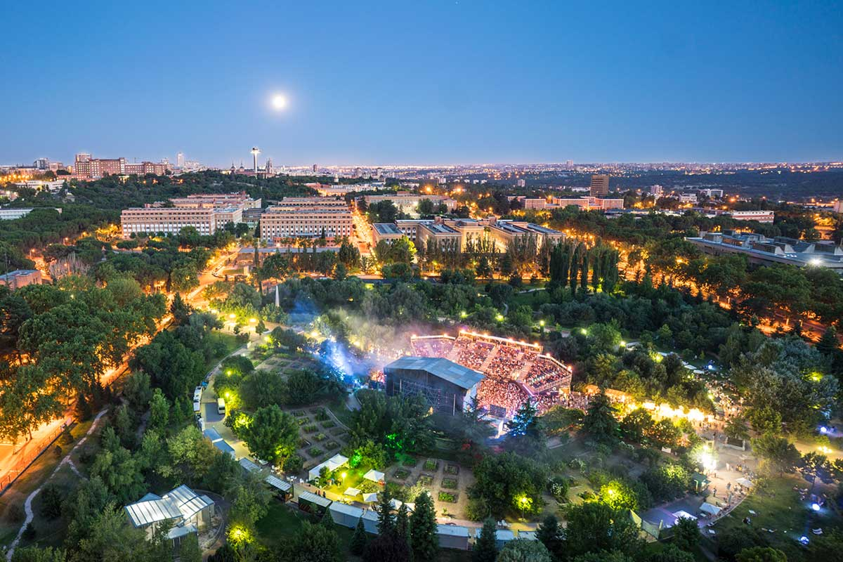 Vista desde el aire del recinto del festival Noches del Botánico durante una actuación
