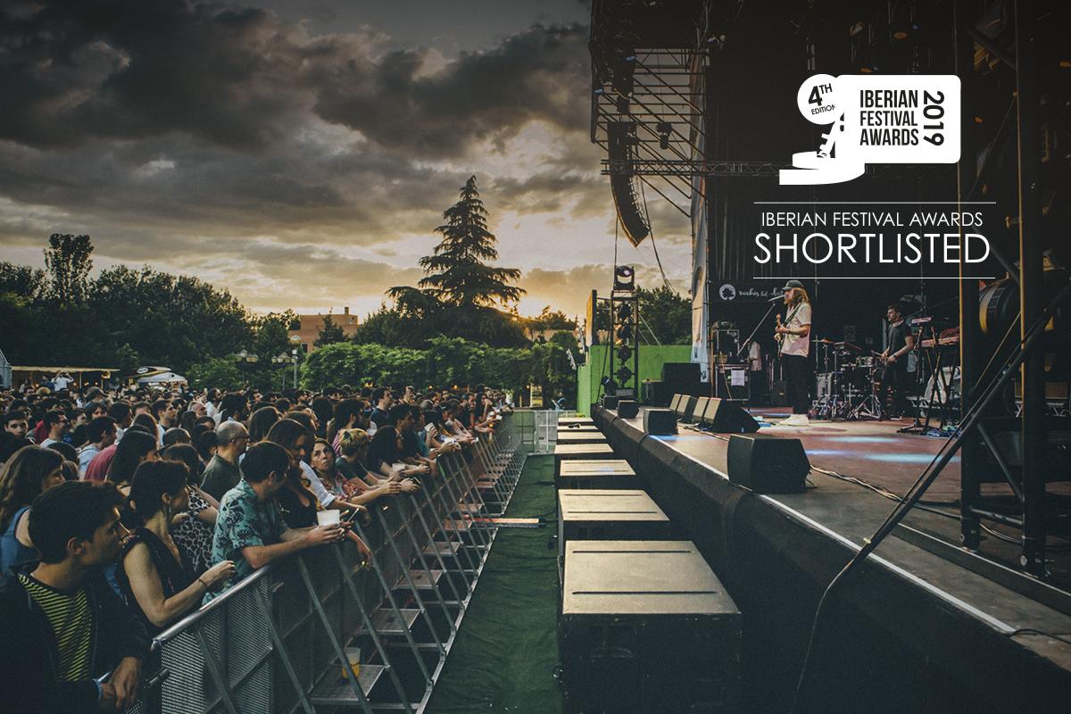Público disfrutando de un concierto durante el atardecer en el festival Noches del Botánico