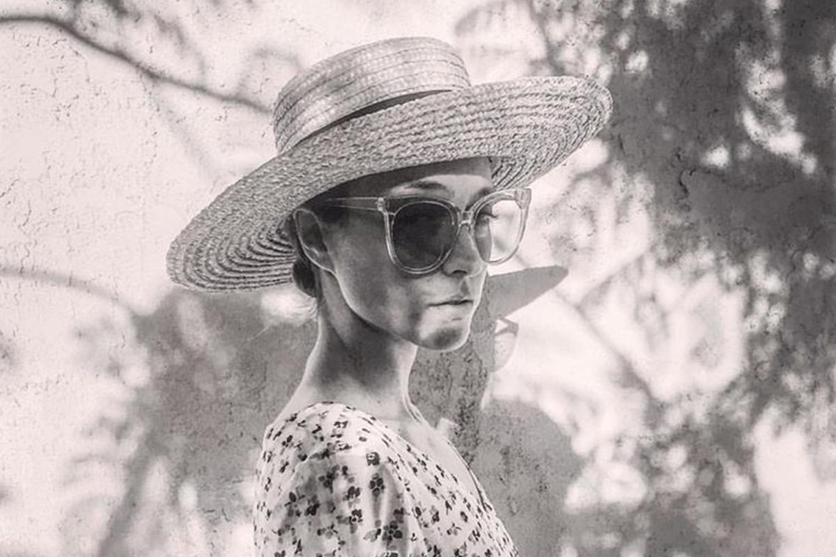 Retrato de la artista Lourdes Hernández González, con sombrero y gafas de sol