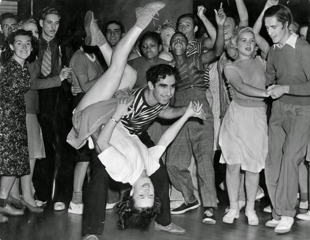 Grupo de jóvenes bailando swing en los años 50