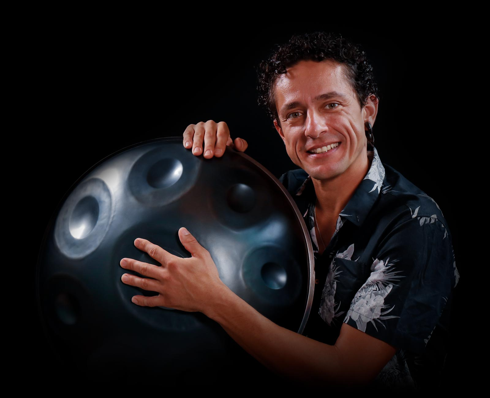Alexandre Lora teaches handpan