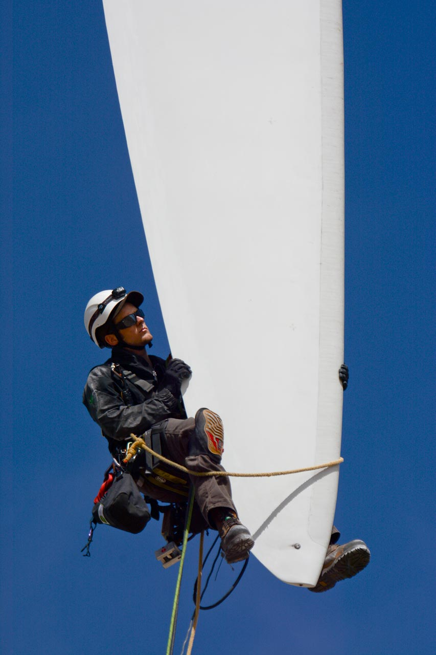 Rope Partner WindCorps technician inspecting trailing edge at blade tip