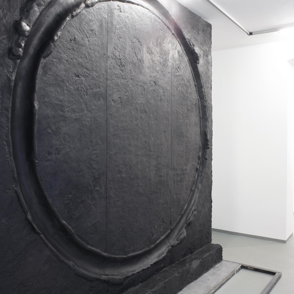 Circle, 2019 l Artwork by Erik Andersen l Here you see an installation view at Diskurs Berlin. A black heavy sculpture made of epoxy resin, black pigment and metall in the clean, white exhibition space.