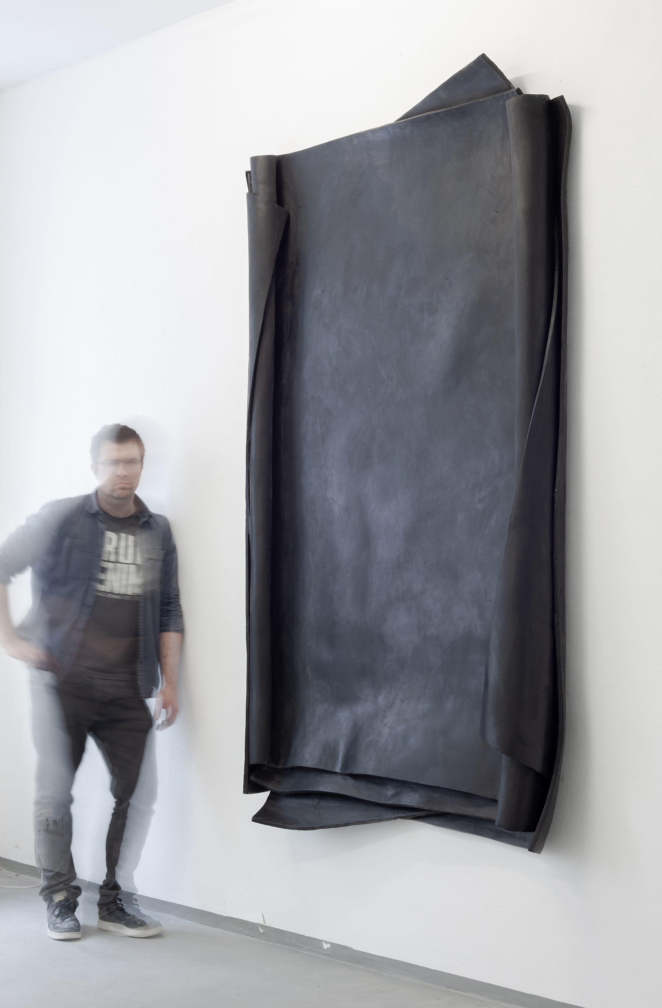 """Portrait of Erik Andersen next to the artwork """"Besser Vertikal 02"""" during  the exhibition """"Crucial Decisions"""", at Diskurs Berlin, 2021"""