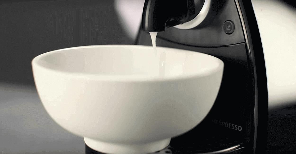 Пролейте всю воду из бака вашей кофемашины со средством Nespresso Descaling Kit