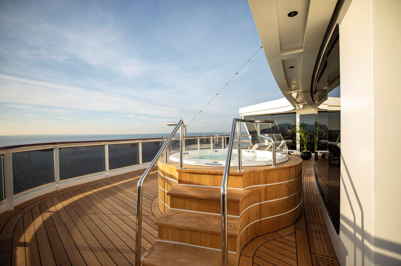 Seven Seas Splendor - Outdoor Jacuzzi Regent Suite