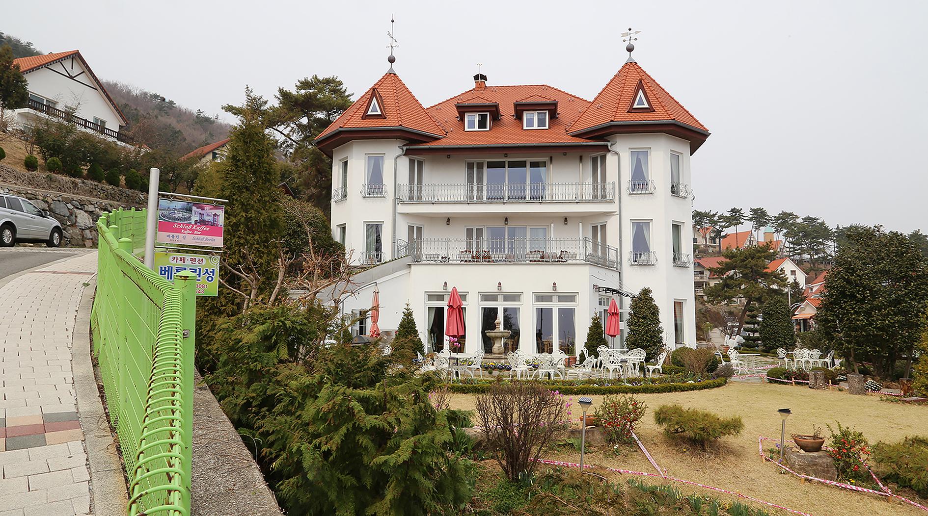 "Berliner Schloss, Dogil Maeul (Südkorea), 2019, Ausstellung: Stefanie Bürkle ""MigraTouriSpace"", Foto: Stefanie Bürkle und Janin Walter, © VG Bild-Kunst Bonn 2021."