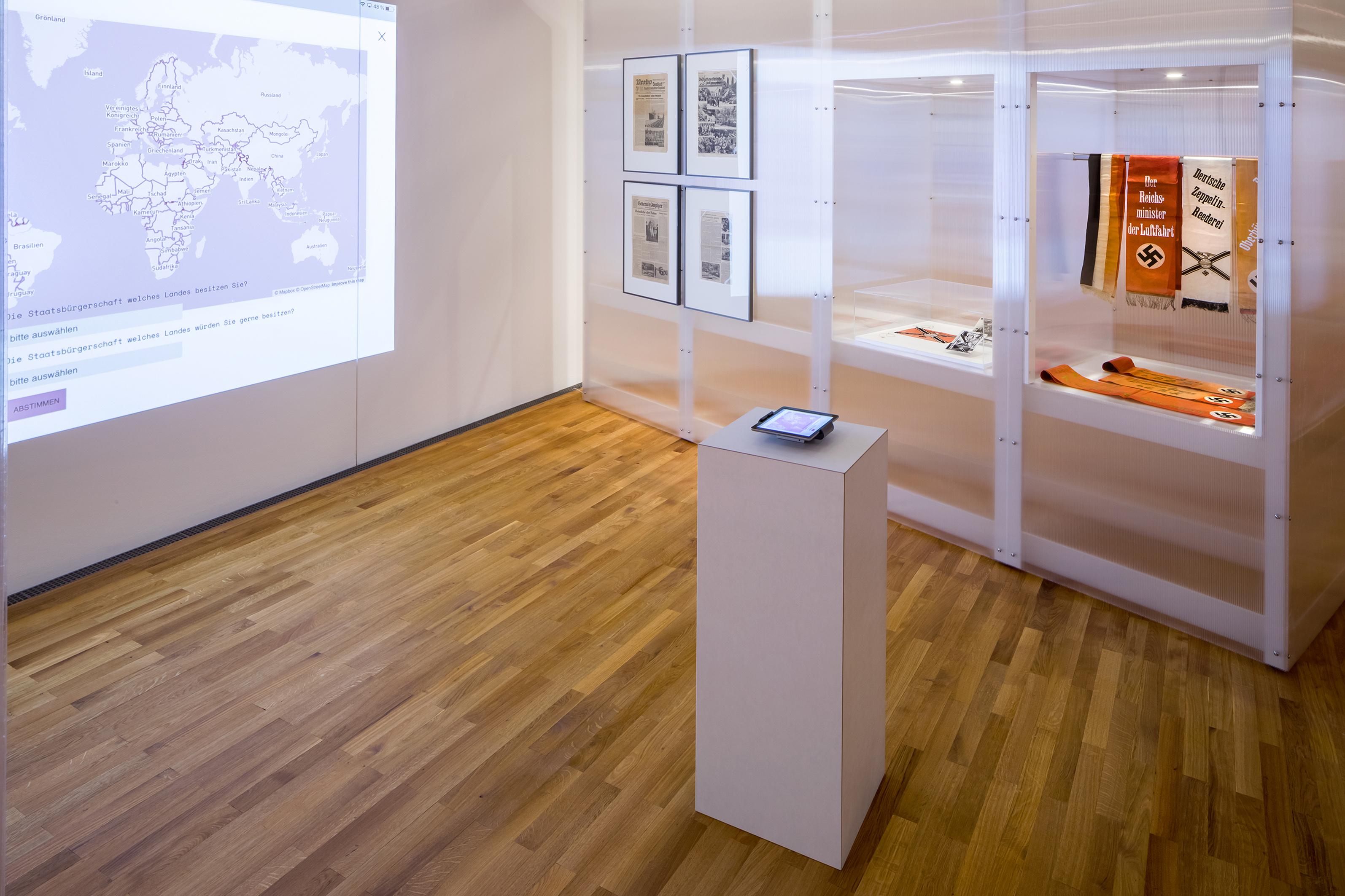 Ausstellungsansicht Beyond States 2021, Staatssymbole, Zeppelin Museum, © Foto Tretter