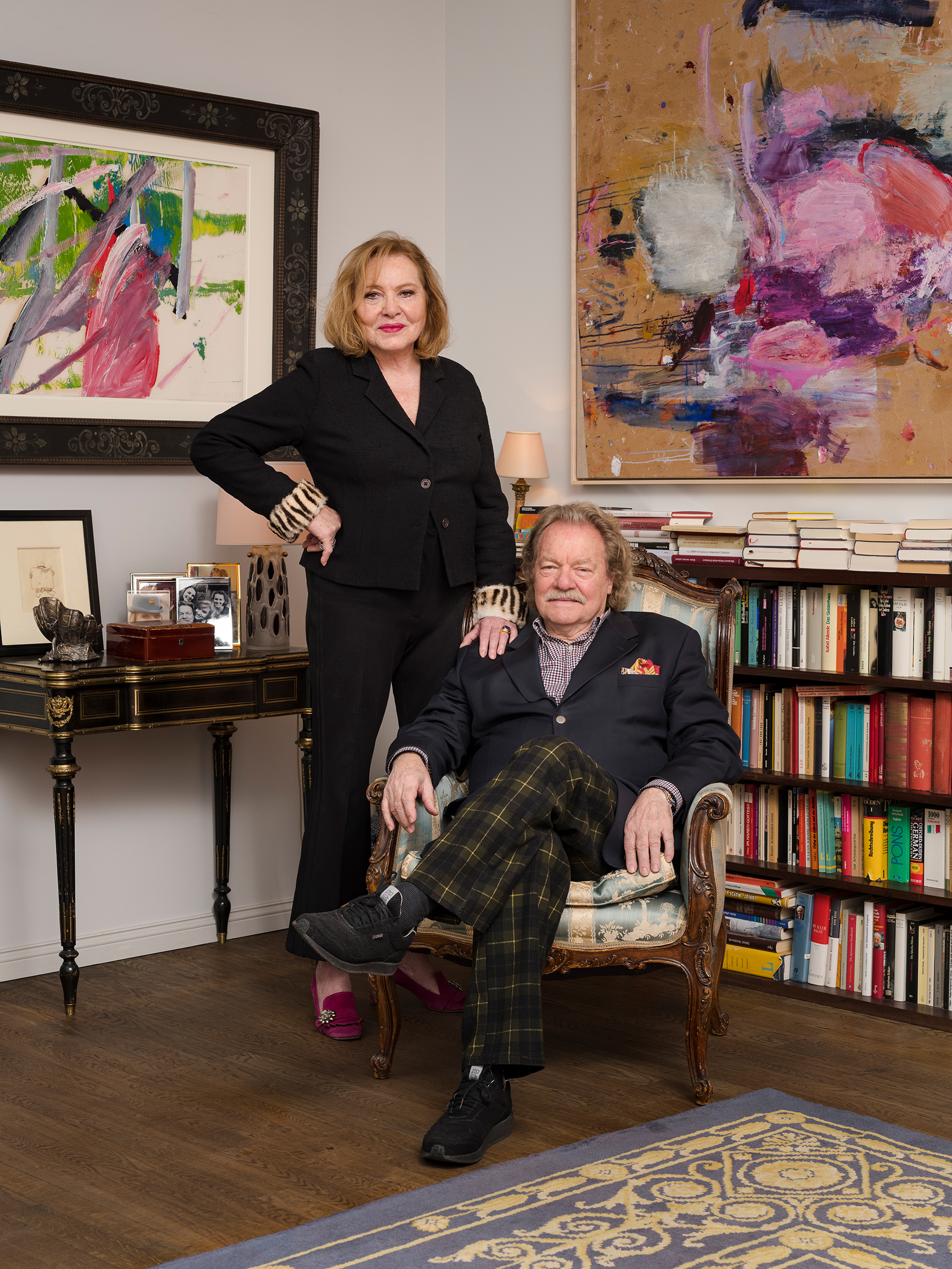Manuela Alexejew mit Carlos Brandl, Im Hintergrund links: Gerhard Richter (Detail), Im Hintergrund rechts: Martha Jungwirth (Detail), © Trevor Good