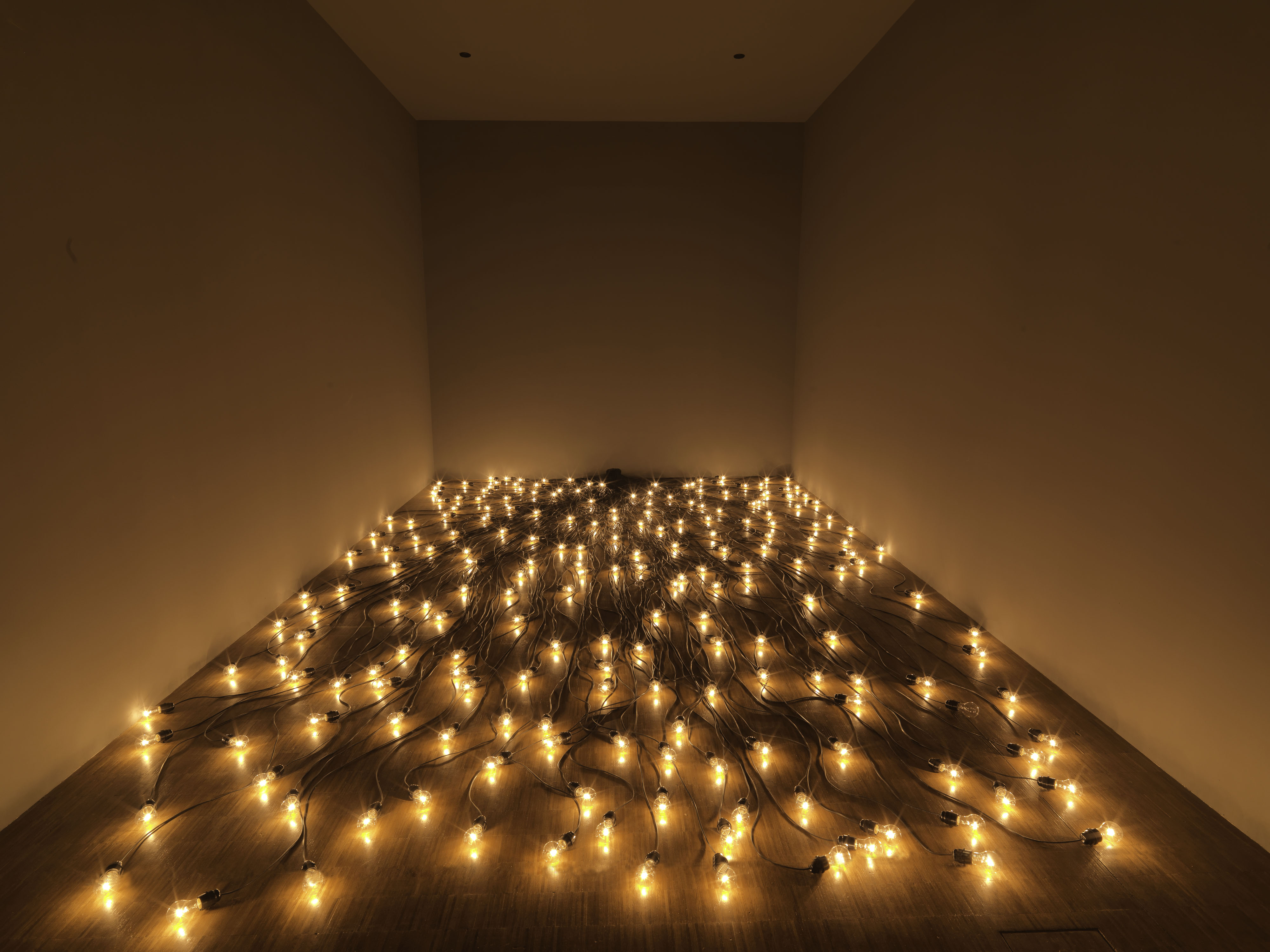 Christian Boltanski Crépuscule, 1996, lightbulbs and cables, Dimensions variable © Centre Pompidou / Philippe Migeat © ADAGP, Paris, 2019