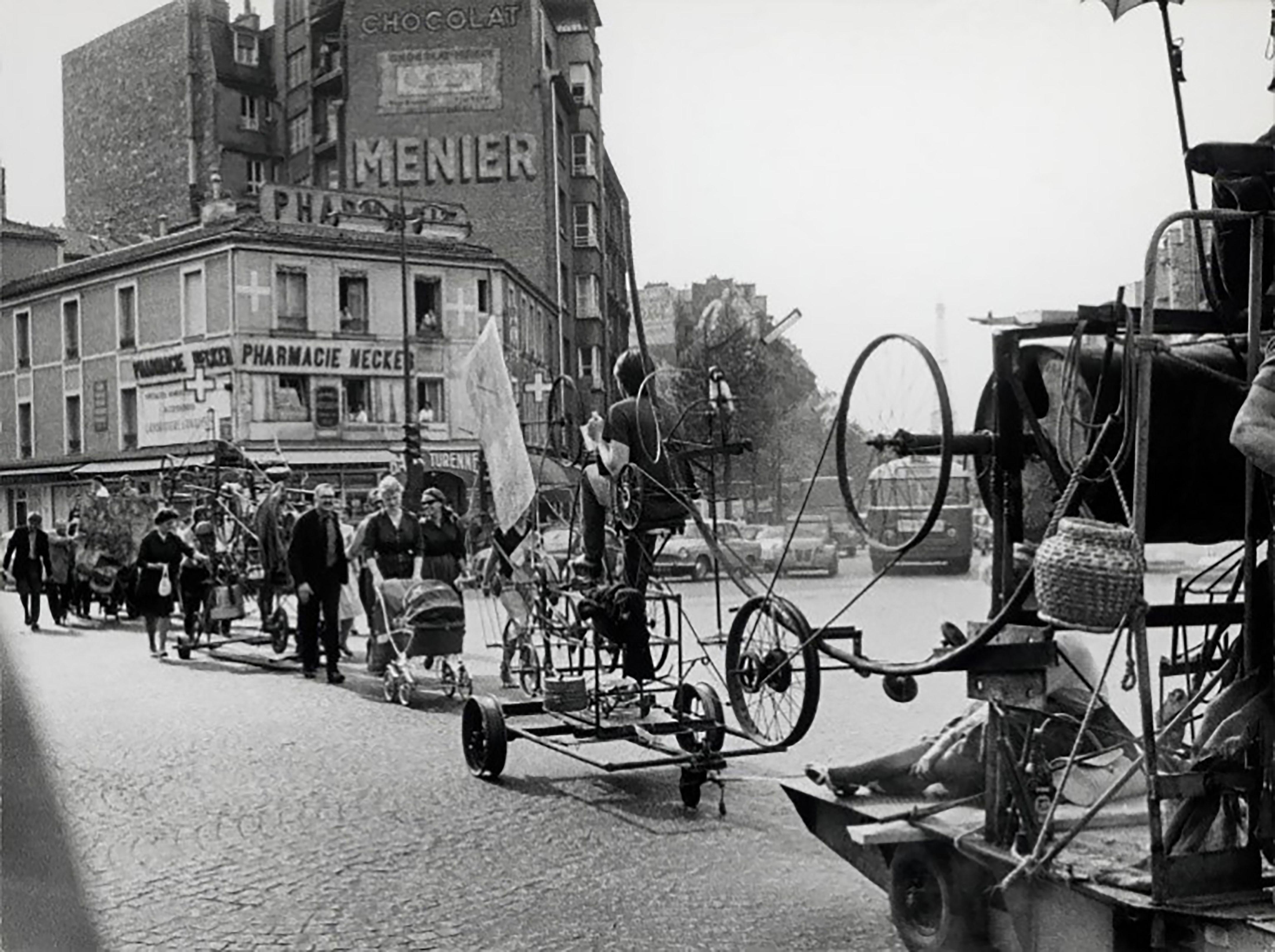 Jean Tinguelys Le Transport von seinem Atelier in der Impasse Ronsin zur Galerie des Quatre Saisons, Paris, 13.05.1960 © Foto: Christer Strömholm / Strömholm Estate