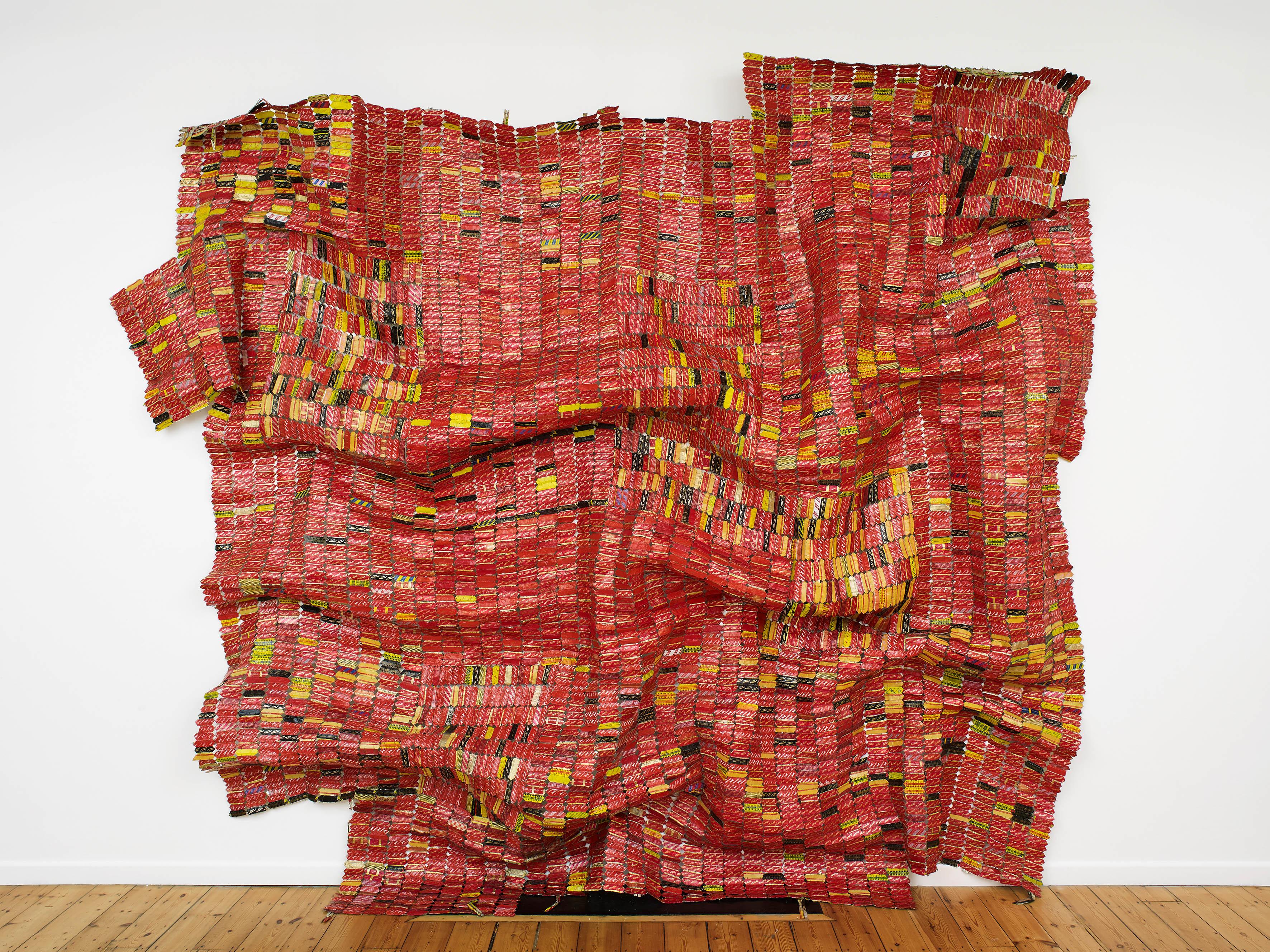 El Anatsui: AG + BA, 2014, Aluminium, Kupferdraht und Nylonschnur, Maße variabel, Courtesy: Der Künstler und October Galerie, London, Foto: Andy Keate