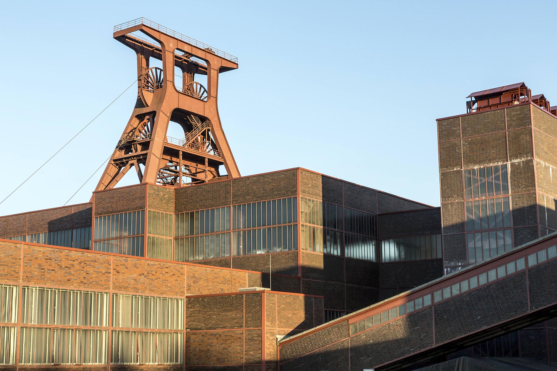 Historische Gebäude der Zeche Zollverein mit Blick auf den Doppelbock, Foto: Jochen Tack © Stiftung Zollverein