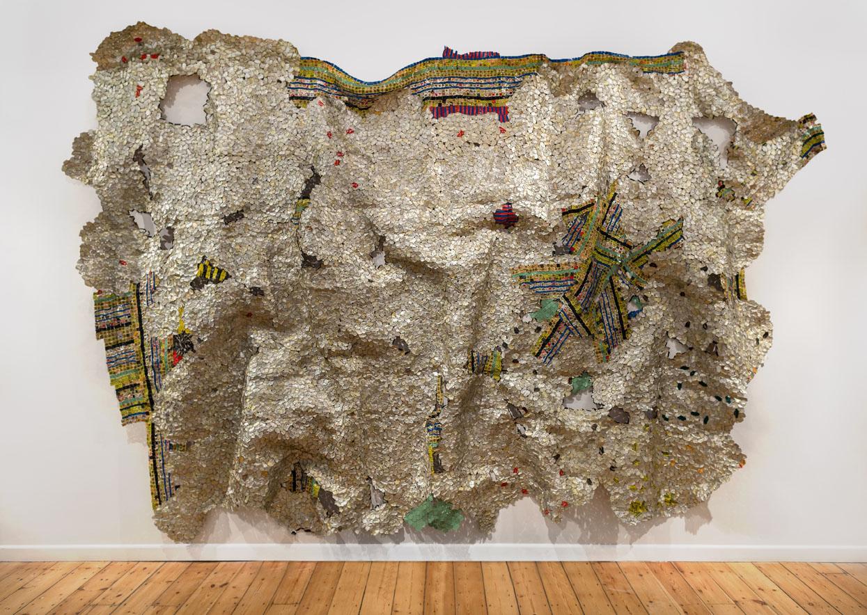 El Anatsui: Timespace, 2014, Aluminium und Kupferdraht, 325 x 495 cm, Courtesy: Der Künstler und October Galerie, London, Foto: Jonathan Greet