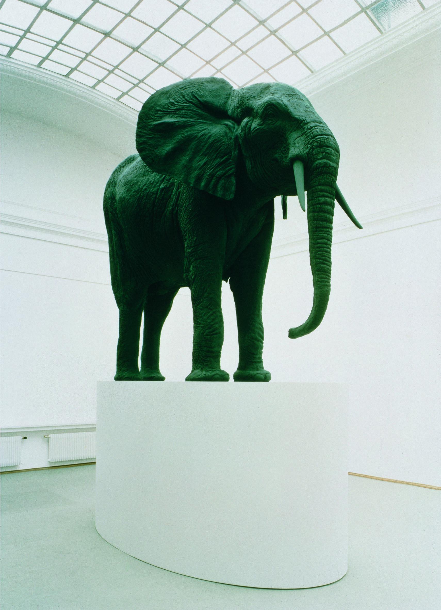 "Katharina Fritsch, ""Elefant"", 1987, Foto Thomas Ruff © Katharina Fritsch und VG Bild-Kunst, Bonn 2021"