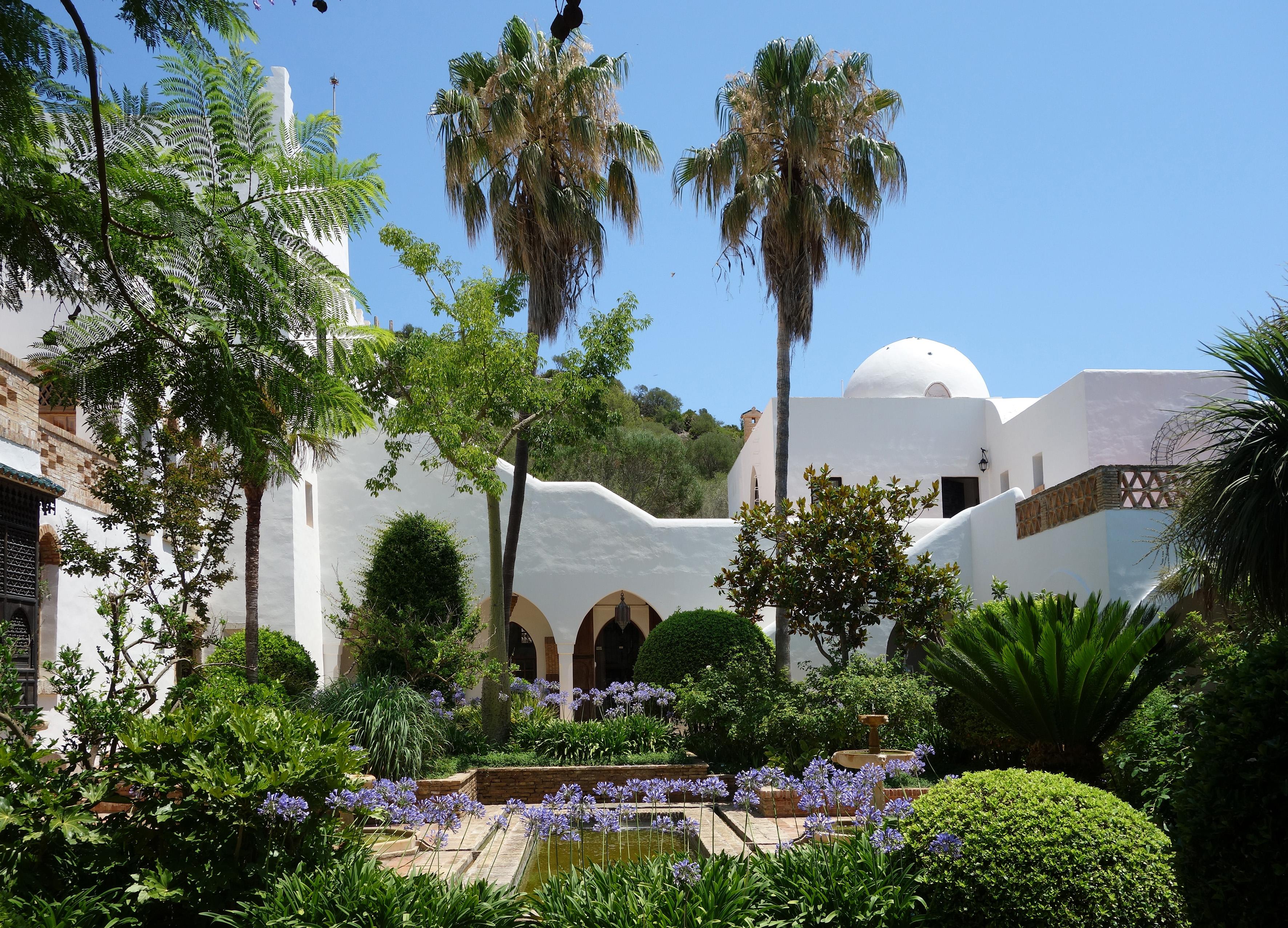 Das Haus von Hassan Fathy: Zentraler Innenhof von msbb und blühender Agapanthus © Fundacion Yannick y Ben Jakober