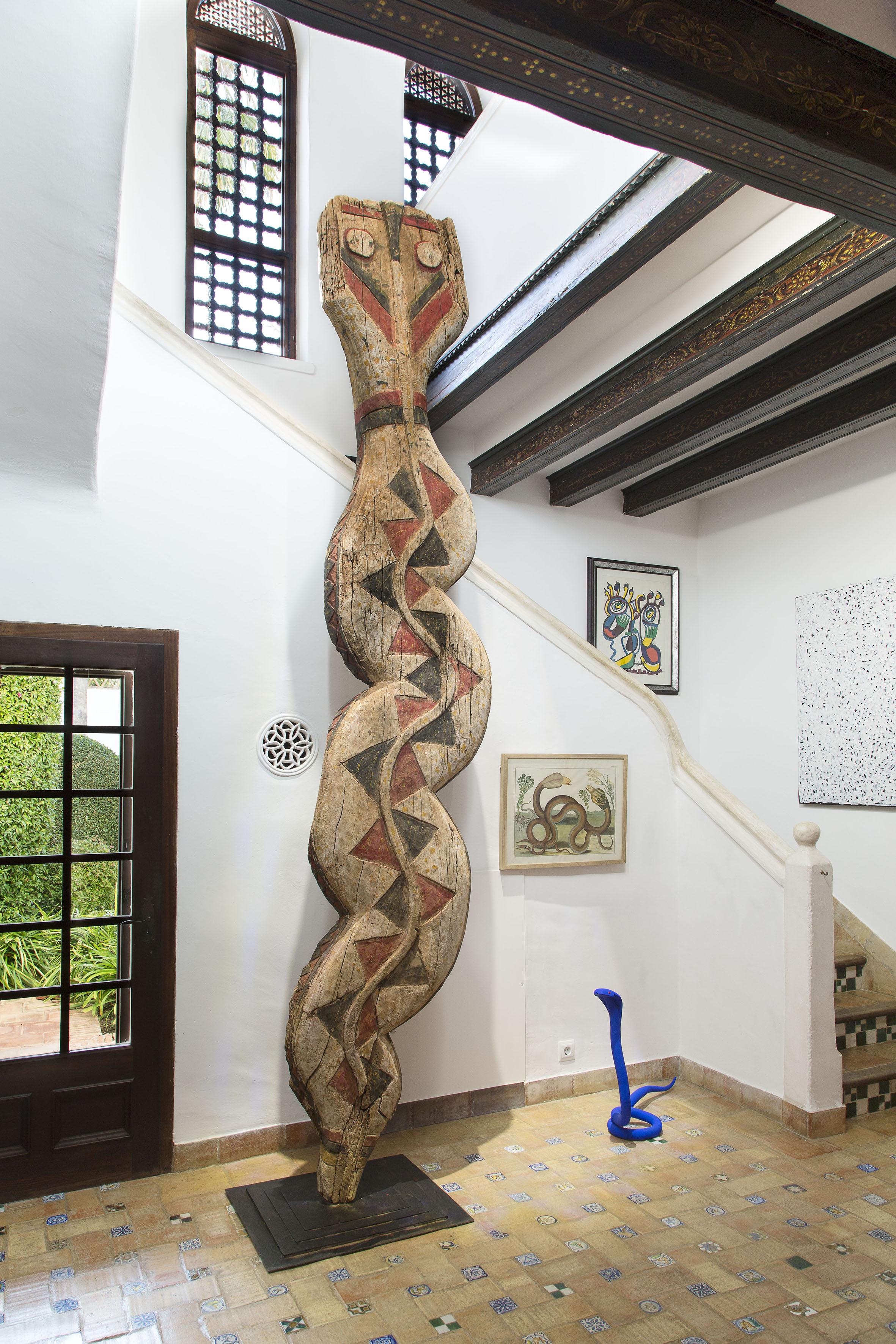 Hassan Fathy Gebäude Innenansichten: Eingang 2: BAGA SNAKE Kunstwerk aus der Kultur der west-afrikanischen Baga Ethnie © Fundacion Yannick y Ben Jakober