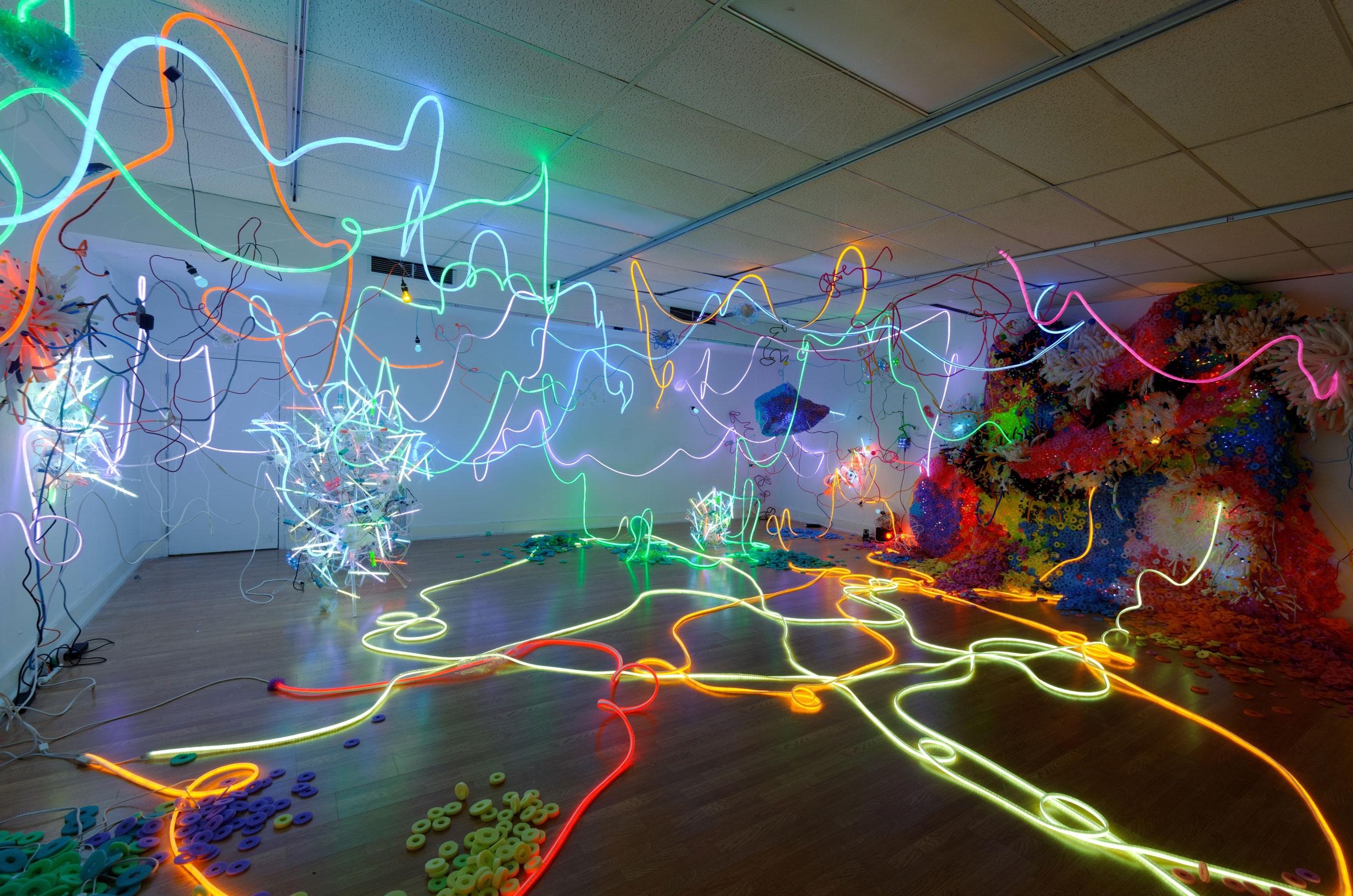 Adela Andea, Quantum Strings Flex Neon, CCF Licht, Plexiglas, Schaumstoff, Ausstellungsansicht, Cora Stafford Gallery, Denton, TX, USA, 2012 © Adela Andea