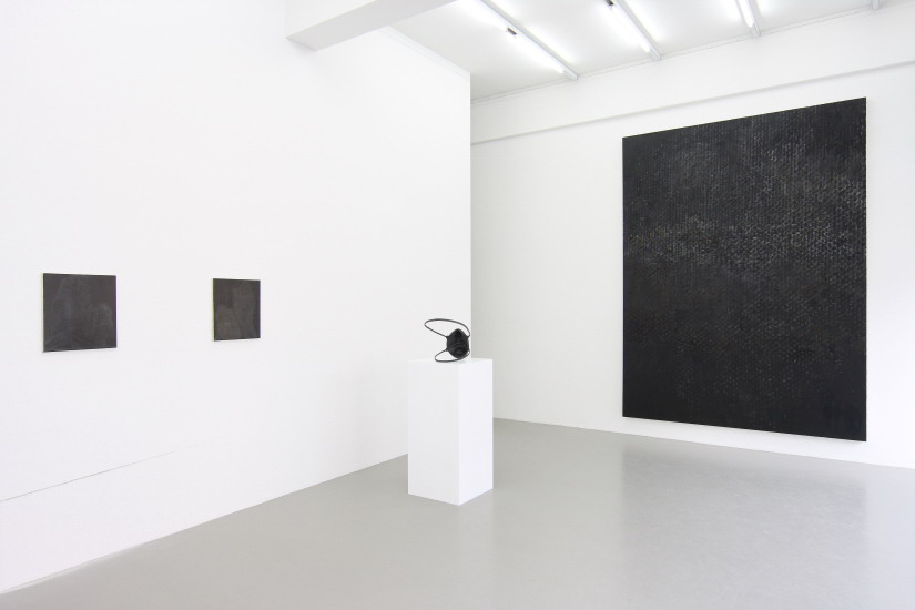 Installation View of several black Paintings and a black sculpture by Erik Andersen in the gallery space of Charim Ungar Contemporary, Berlin
