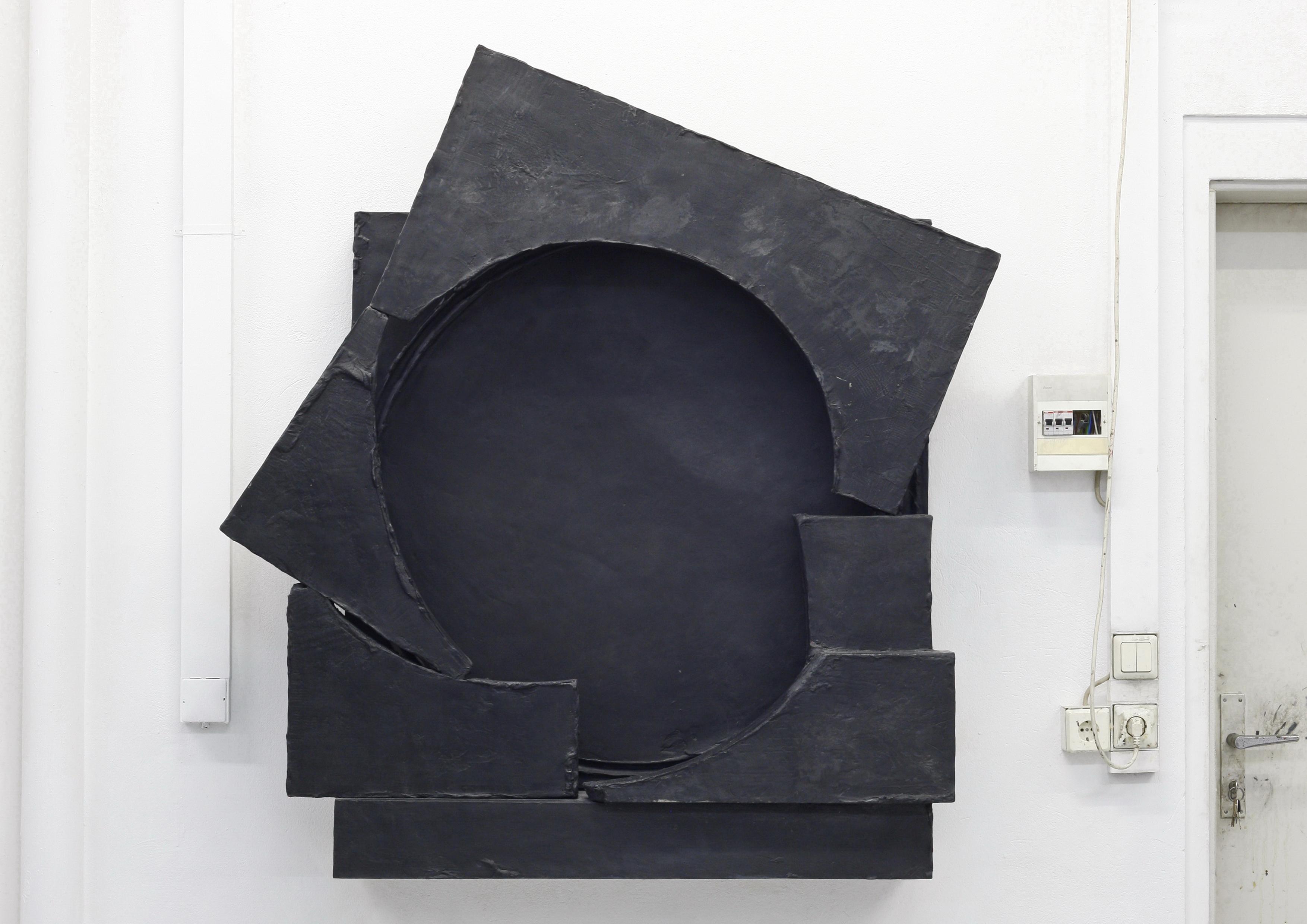 Teresa 2018 is a black abstract sculpture. The artwork is made of epoxy resin - The photo is taken at studio Erik Andersen berlin