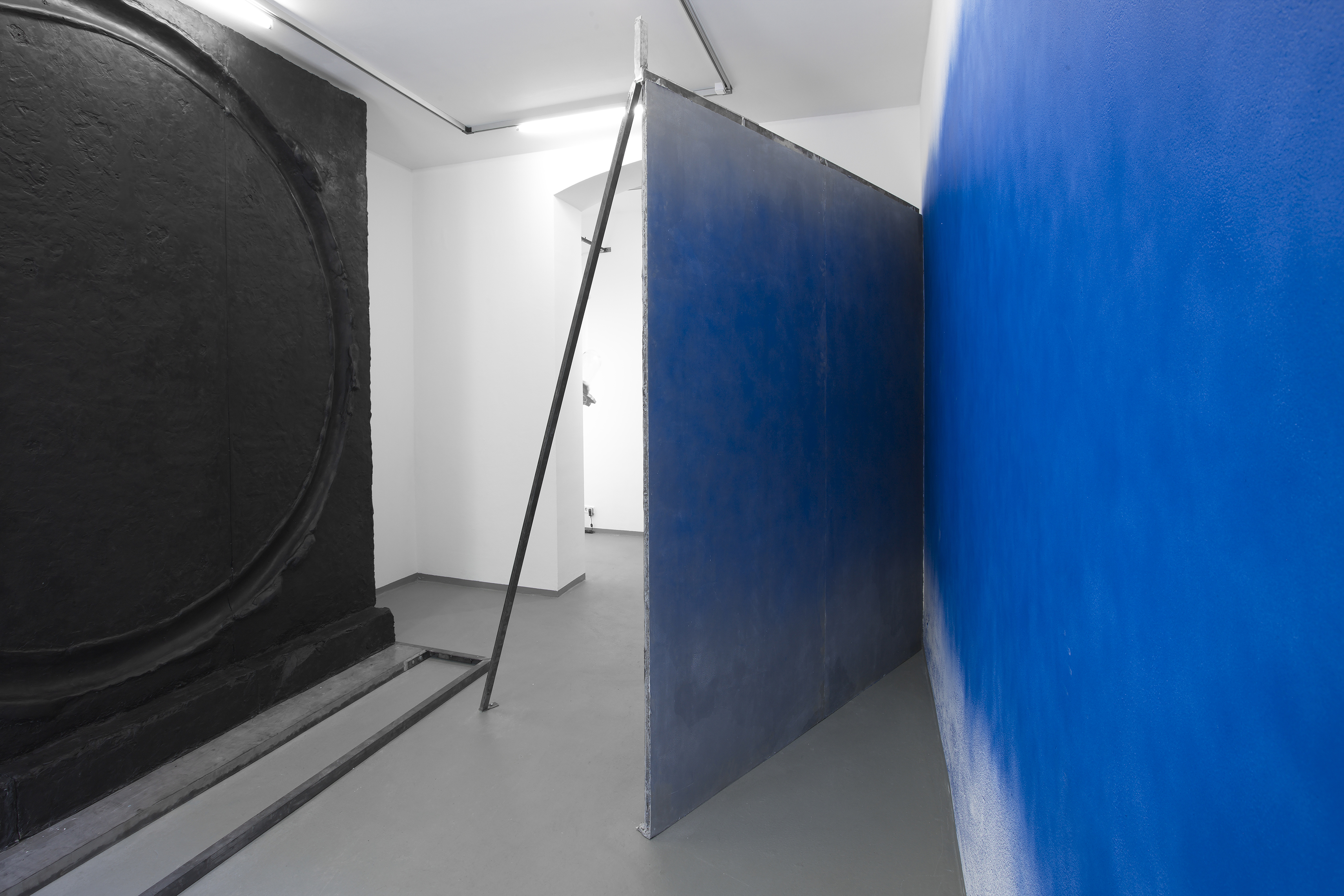 Installation View - God's Biometric Data, 2019 - Exhibition by Erik Andersen and Amit Goffer at Diskurs Berlin - Black sculpture and blue room installation by Erik Andersen