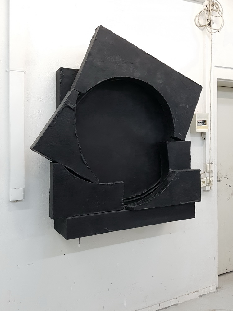 Teresa is a black abstract sculpture made of epoxy resin by Erik Andersen.
