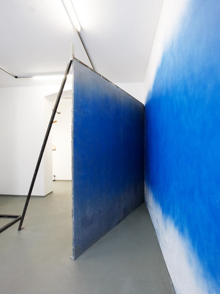 Exhibition View. Cast of a wall by a sculptural installation. Everything covered with blue spray paint