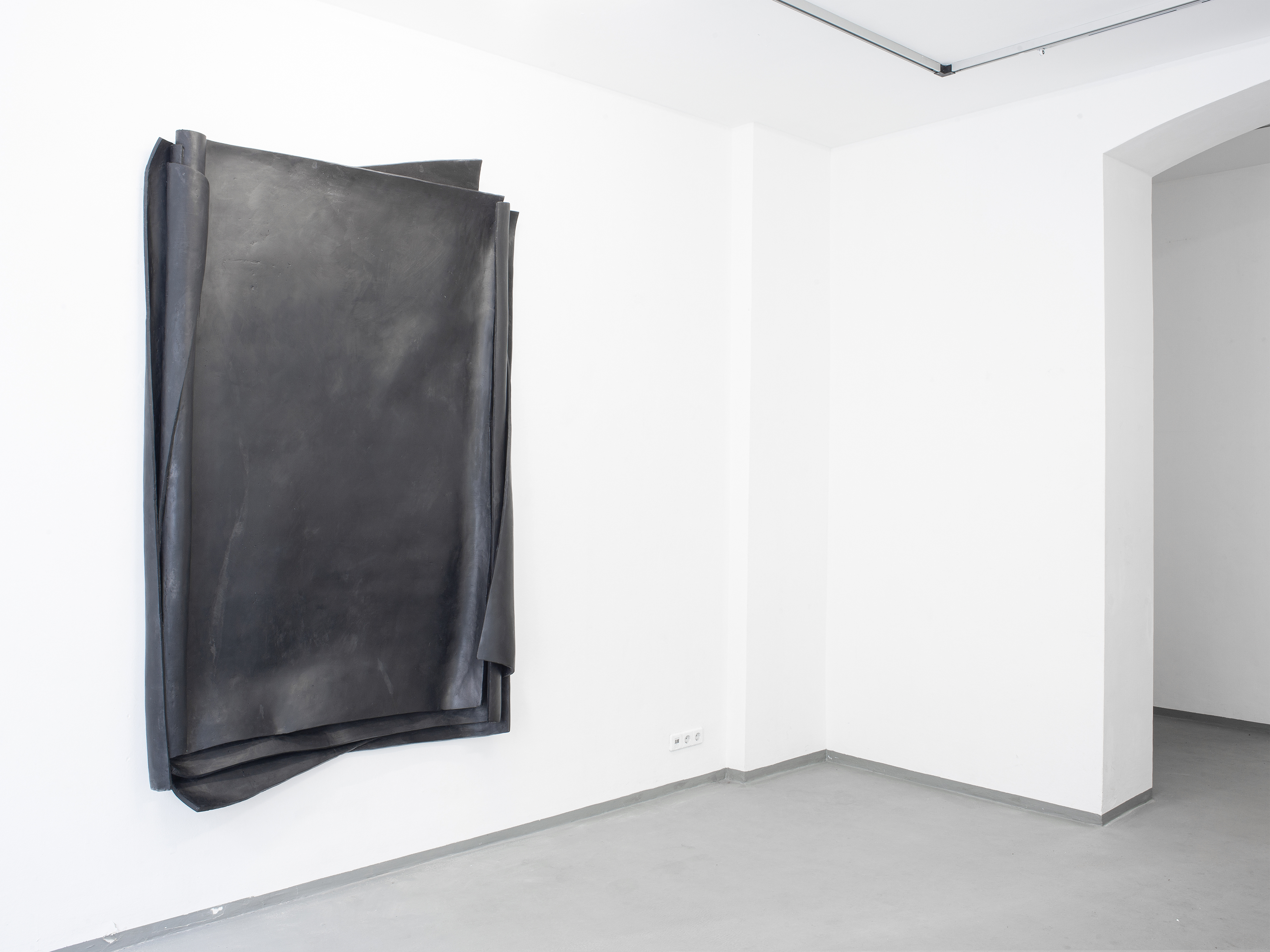 """The Photo is an Installation View from the exhibition """"Crucial Decisions"""" by Erik Andersen at Diskurs Berlin. It shows a blak sculpture titled """"Besser Vertikal 02"""" made in 2021."""