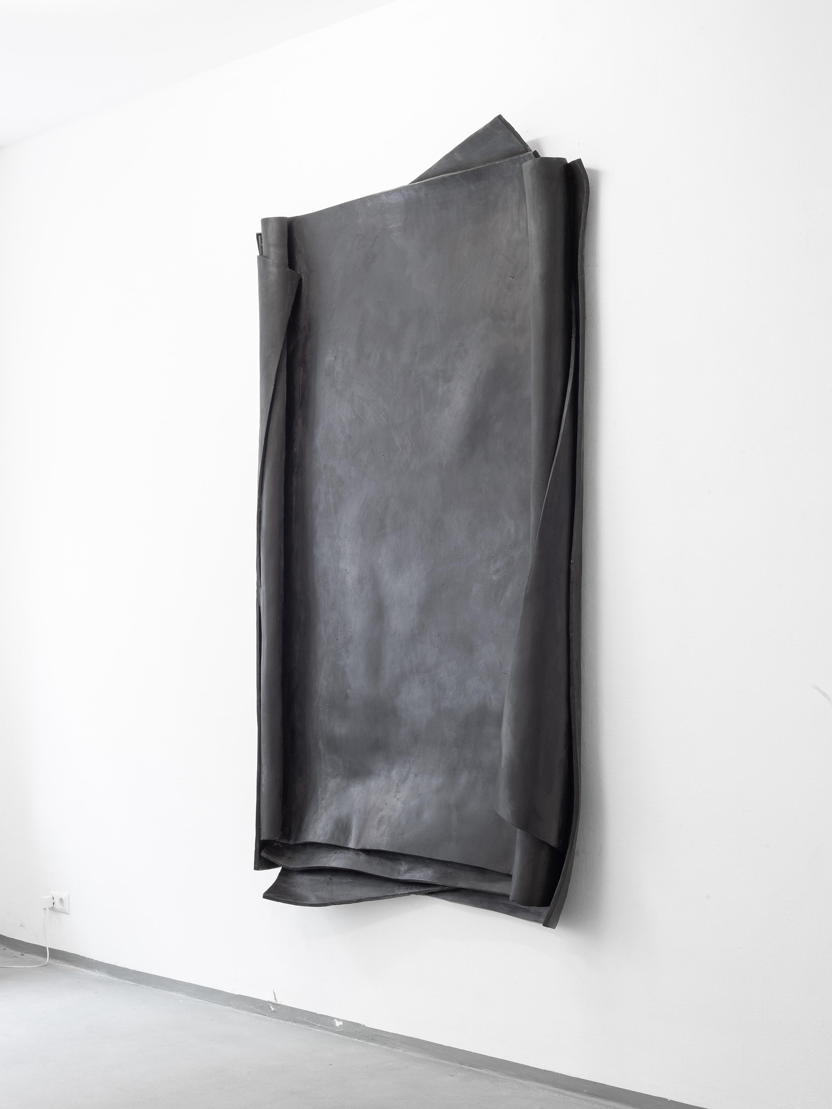 Artwork by Erik Andersen - Besser Vertikal 02, 2021 - Black Skulptur - Installation View at Diskurs Berlin