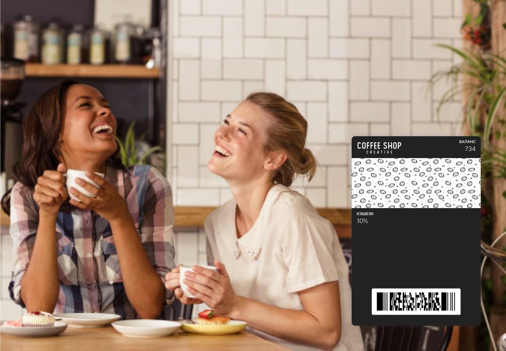 Две девушки веселятся в кафе