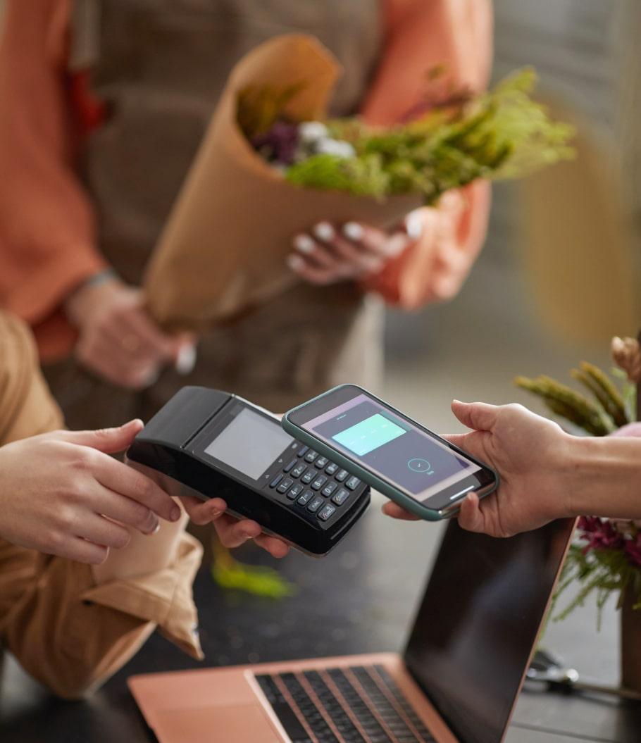 Клиент оплачивает покупку телефоном
