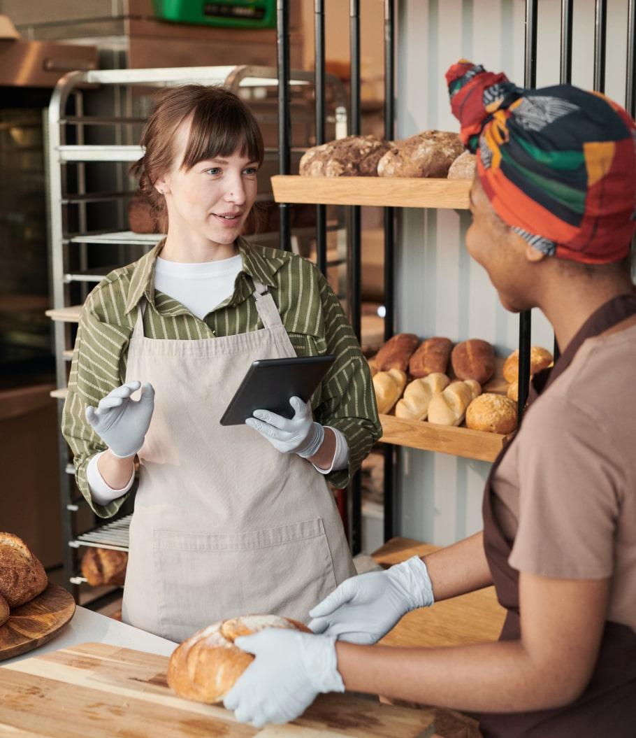 Две девушки в пекарне
