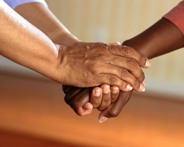 apretando las manos