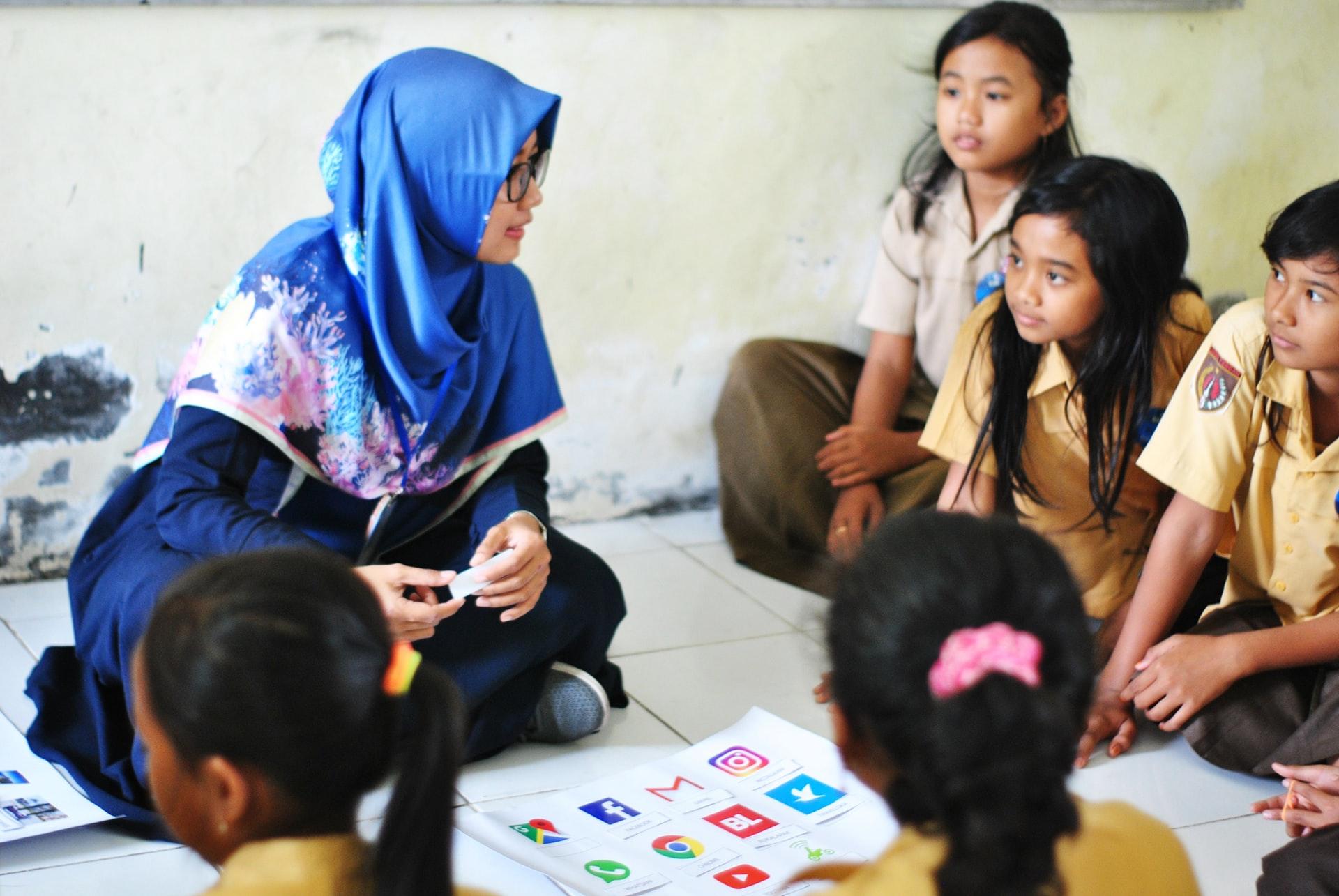 Lehrerin hält Vortrag für Kinder