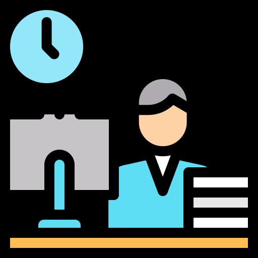 Ein Mann sitzt an seinem Schreibtisch vor seinem Computer mit einer Wanduhr hinter ihm Ein Mann sitzt an seinem Schreibtisch vor seinem Computer mit einer Wanduhr hinter ihm