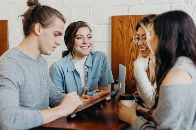 Eine Gruppe junger Leute die sich unterhalten