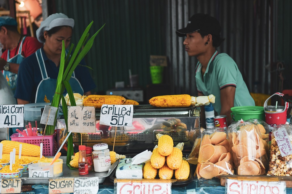 Probiere das lokale Essen und geh auf einen Markt