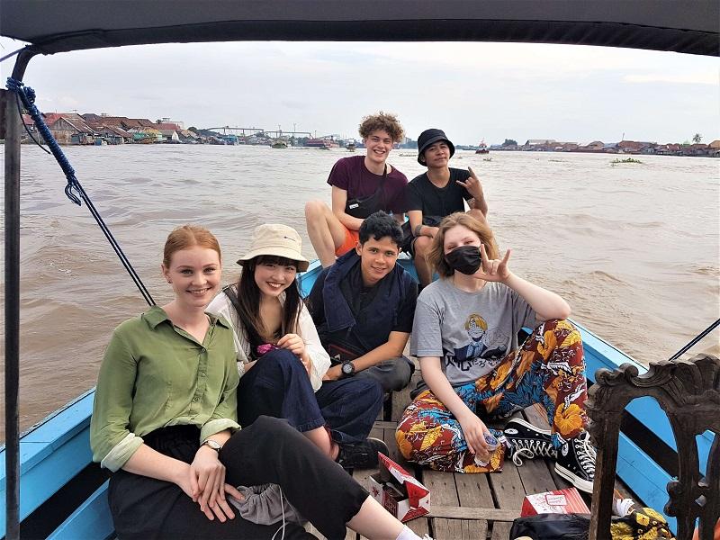Eva mit den anderen Projektteilnehmern