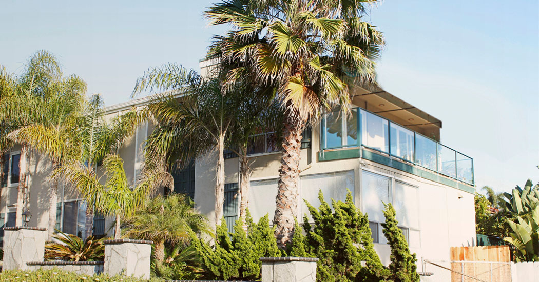 Outsite Grandview is located on Lorraine Drive, with a coworking space offering panoramic views of the Pacific Ocean. There are 3 private rooms, 3 shared rooms and 2 bathrooms in this house. There's a large communal living space complete with a TV, kitchen, dining room, hot tub and outdoor patio downstairs. There's a choice of surf boards and bikes for you to use during your time in Encinitas too.